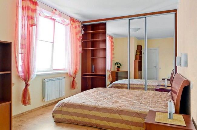 Узкий шкаф купе в маленькую спальню также эффективен.